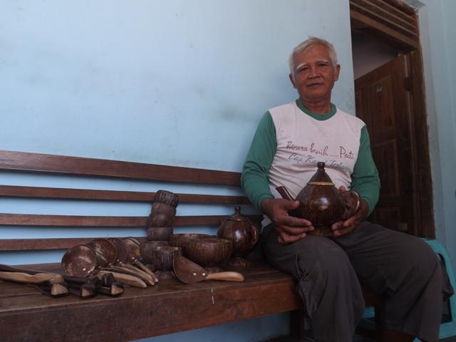 Cholil menunjukan Kerajinan Batok Kelapa buatan tangannya