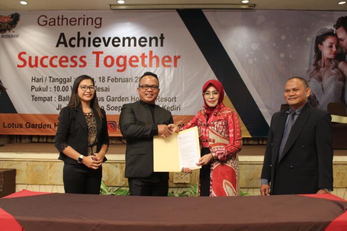 SEPAKAT: GM Lotus Garden Hotel and Restaurant Alief Khunaifi (kiri) foto bersama perwakilan vendor setelah teken MoU.