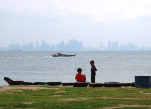 Intip Singapura dari Pantai Tanjung Pasir Batam