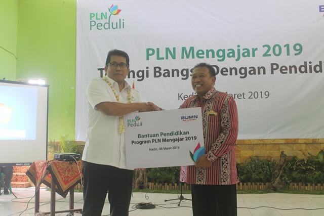 direktur PLN regional sulawesi samsul huda memberikan bantuan pendidikan kepada SMAN 2 Kediri diwakilan kepala sekolah SMAN 2 Kediri - Copy